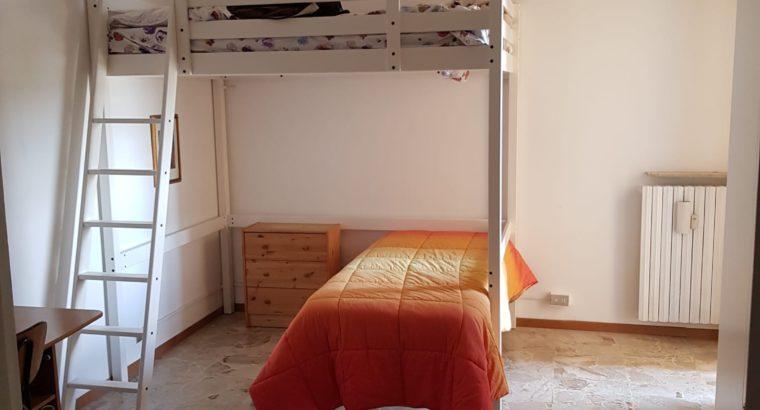 Due posti letto in appartamento .