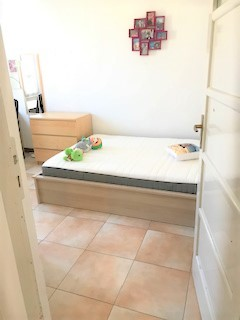 Libera da subito ampia e luminosa stanza matrimoniale in bell'appartamento tranquillissimo in via Solari (zona Barriera Bixio) a pochi min. dal centro storico di Parma, vicinissimo all'ospedale e comodo al campus Universitario.
