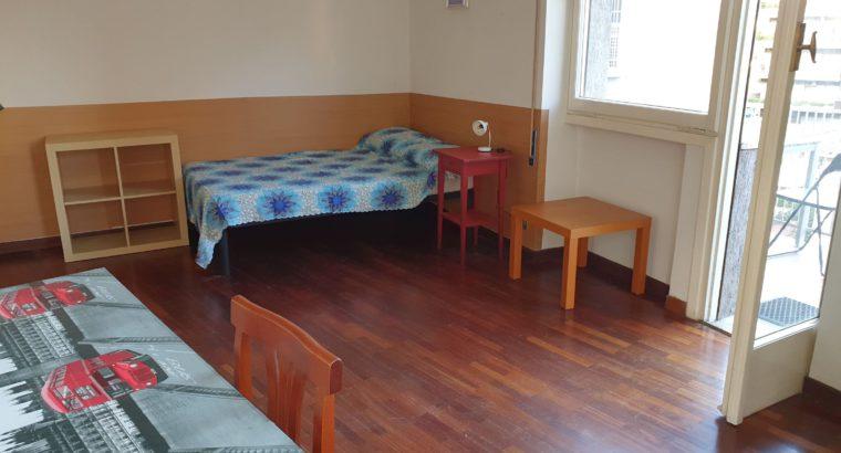 affitto ampia singola arredata, con balcone. Appartamento condiviso