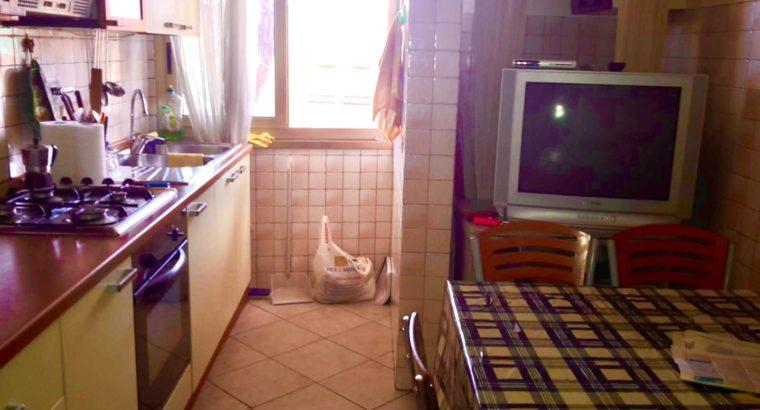 STANZA TOP Via Paestum ampia luminosa letto matr.armadio scriv.divano vicino parco degli acquedotti ben collegata appartamento ristrutturato in condivisione con 2 inquilini posto auto lavatrice asciugatrice