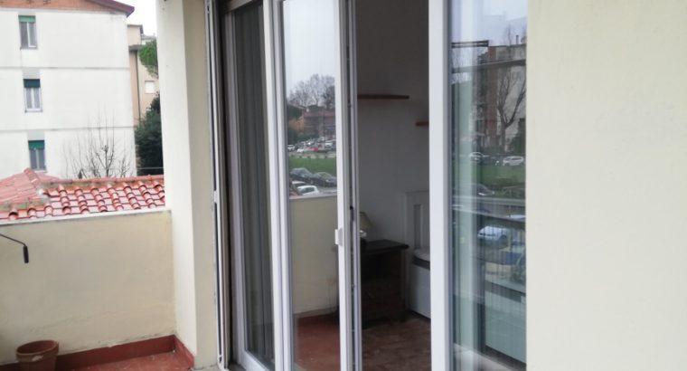 2 Stanze singole ampie e luminose di circa 14 e 22 mq con balcone in via battelli 25 zona Pratale Pisa