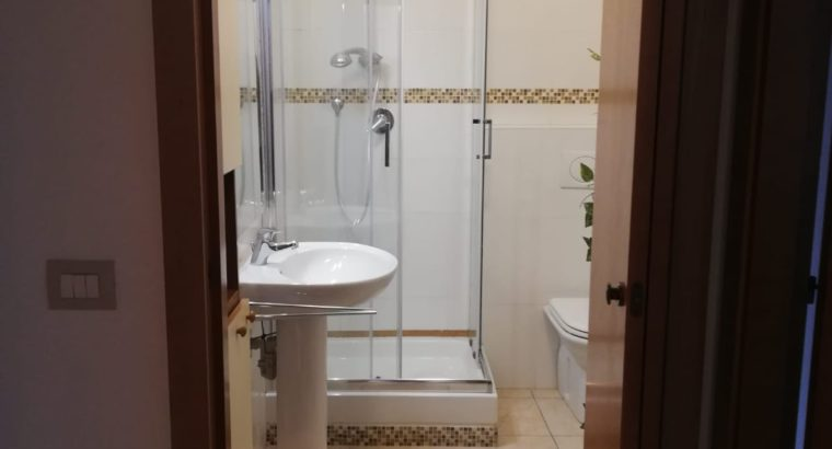 stanza con bagno completamente arredata