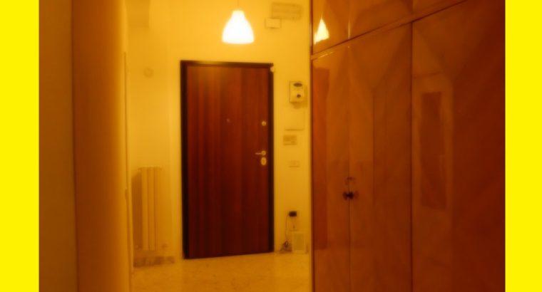 Locazione ampia rifinita stanza (con balcone privato) a Bari piazza G.Cesare