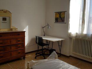 Affittasi SOLO A STUDENTESSE dal 1° settembre 2021 2 ampie camere, circa 16 mq. ciascuna in appartamento in palazzina di soli 4 appartamenti con contratto annuale a canone concordato e a cedolare secca, regolarmente registrato e detraibile dalla denuncia dei redditi. La palazzina si trova a Forlì, Via Innocenzo da Imola 10, a circa 400 metri a piedi dal Campus Universitario di Viale Corridoni. L'appartamento è composto da quattro camere, di cui due già affittate, due bagni finestrati con doccia e vasca, cucinotto, soggiorno con TV a led, ampi corridoi. Riscaldamento autonomo, Wifi 100 Mb. Posto auto in cortile ed ampio garage riservato per alloggiare biciclette e motociclette. Giardino a disposizione. Il canone mensile è di €. 220,00 + €. 10,00 di spese condominiali a forfait, le spese relative ai consumi (luce, acqua, gas e rifiuti urbani) a consuntivo annuale, con anticipo mensile di