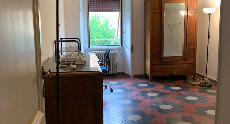 Affittasi 1 Stanza Singola roMA in appartamento arredato composto da 3 camere, cucina abitabile,1 bagno,. Stanza Luminosa. 4 piano con ascensore. A 500 metri da Univ. La Sapienza